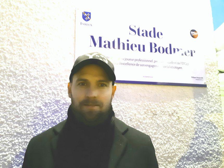 Mathieu Bodmer devant la plaque du stade qui porte désormais son nom