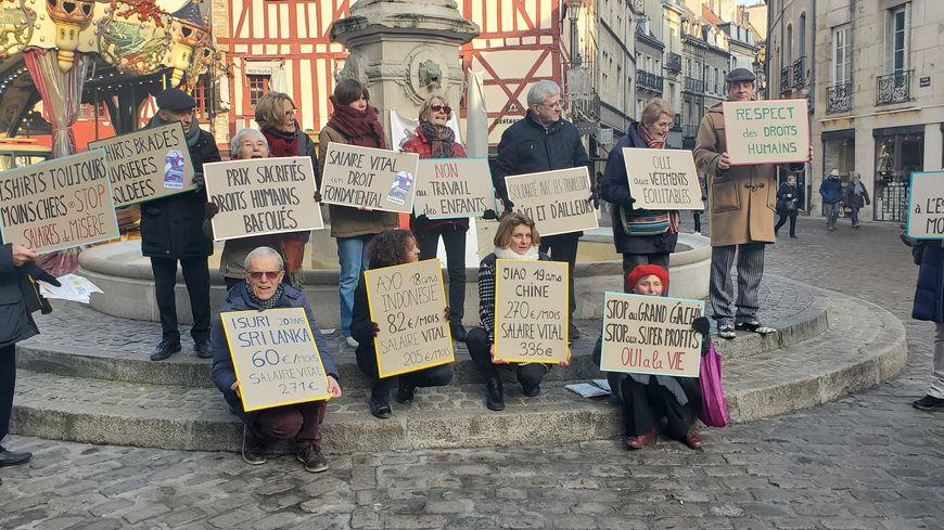 Quelques membres du collectif posant devant la fontaine du Bareuzai ce samedi à Dijon