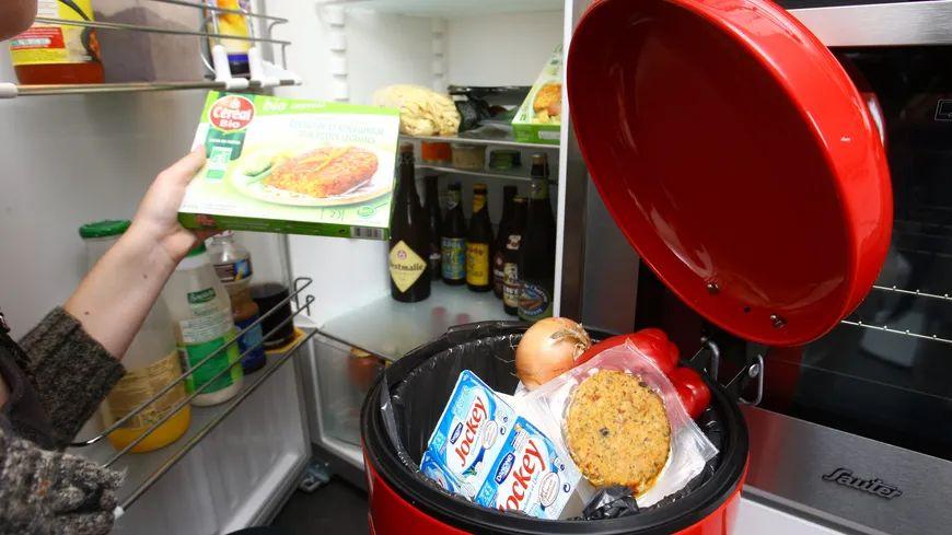 """Légende : 53% des Français jettent des produits """"à consommer de préférence avant le..."""" alors qu'on peut les manger sans danger."""