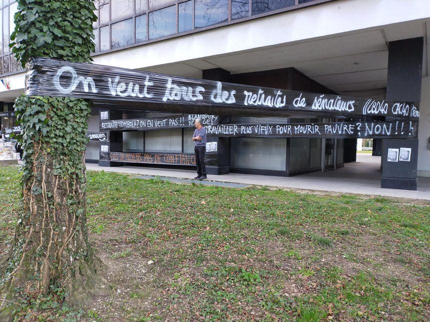 Des banderoles tendues devant le Rectorat de Grenoble en attendant la sortie de la délégation