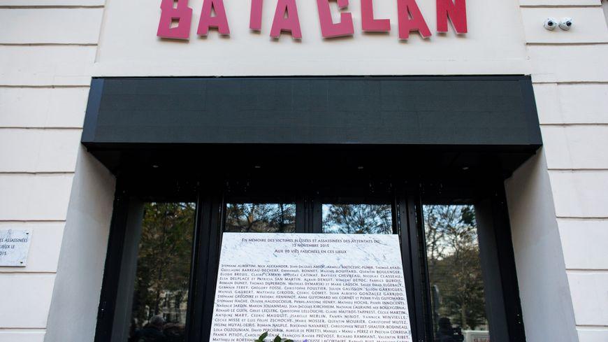 L'entrée du Bataclan et la plaque en hommage aux victimes à Paris