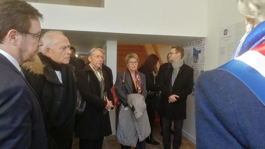 La ministre Elisabeth Borne acceuillie avec les élus locaux à la maison de la forêt à Leuglay