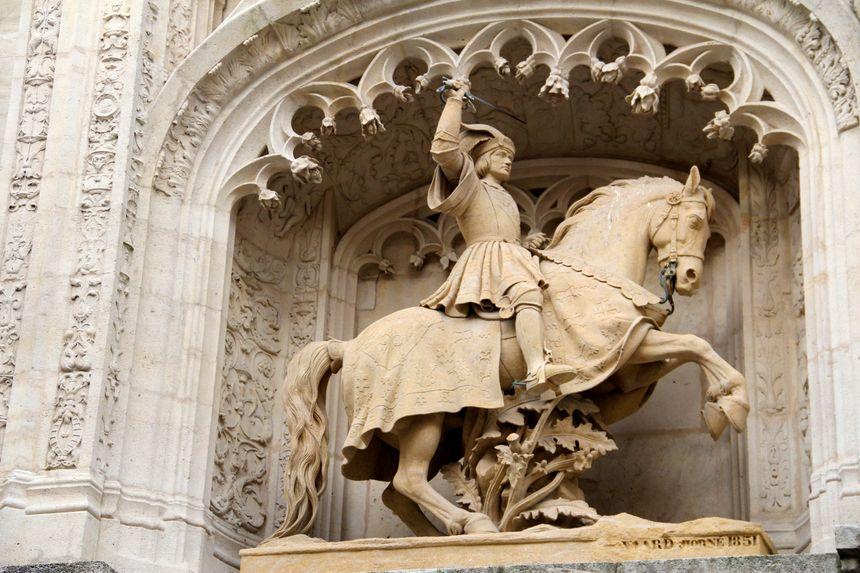 Antoine 1er, représenté par Mansuy Gauvain sur la Porterie du Palais Ducal à Nancy. Fils de René II, le duc Antoine fait fièrement figurer la Croix de Lorraine sur son cheval carapaçonné
