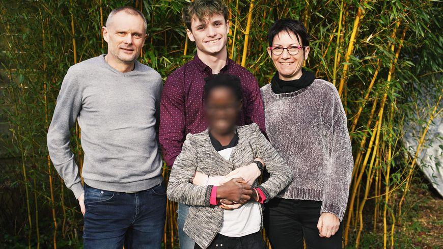 Au centre Lola, entourée de son frère Rémy et de ses parents Bertrand et Laurence Thébault.