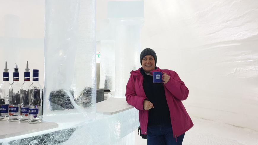 Hélène, accoudée au bar de glace
