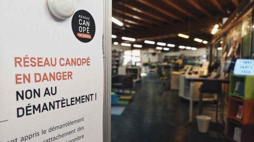 Un tract contre le démantèlement du réseau Canopé est affiché dans les locaux de l'atelier de l'Indre