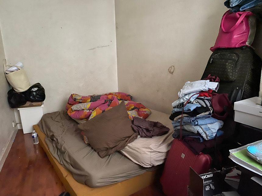 Ses deux filles de 15 et 11 ans sont obligées de dormir avec leur frère de 13 ans sur un matelas par terre