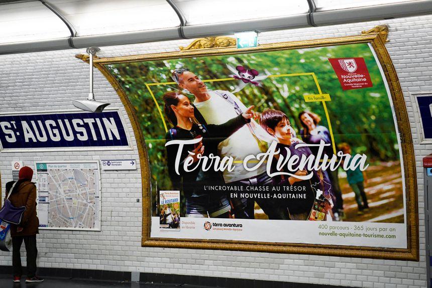 Le jeu de geocaching Terra Aventura s'affiche aussi dans le métro parisien pour vanter les richesses touristiques de la Nouvelle-Aquitaine.