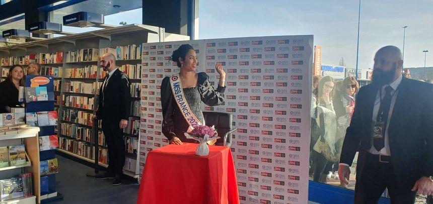"""""""C'est très enrichissant pour moi de partager tous ces moments avec eux"""", explique Clémence Botino, Miss France 2020"""