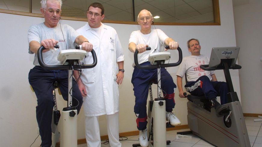 Un kiné encadre des exercices auprès de patients à Rennes (illustration)