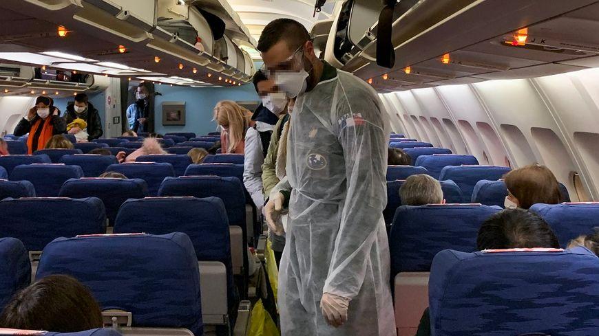 Les Français à bord de l'avion qui les rapatrie de Wuhan vers la France, jeudi soir.