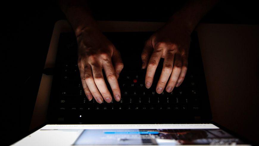 """Le jeune homme interpellé reconnaît avoir utilisé le """"dark web"""" pour télécharger des milliers d'images et vidéos pédo-pornographiques"""