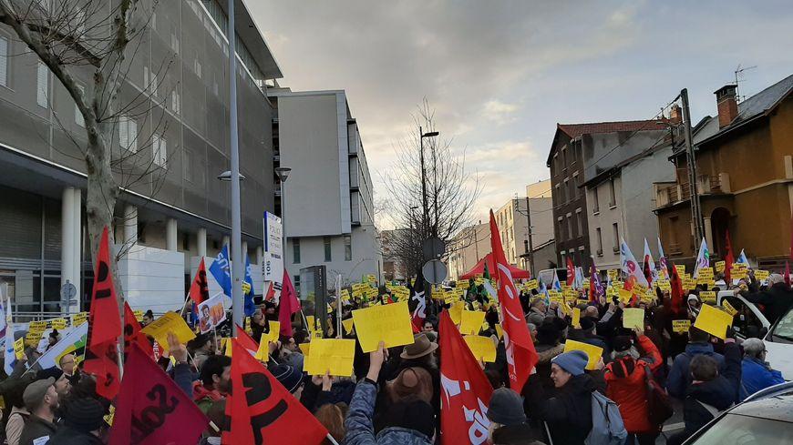 350 personnes sont venues soutenir les militants syndicaux convoqués par la police, après leur intrusion au lycée Blaise Pascal, le 18 janvier dernier.