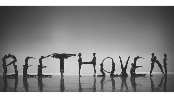 """Des danseurs du Feld Ballets interprètent les lettres du mot """"Beethoven"""" lors d'une représentation"""