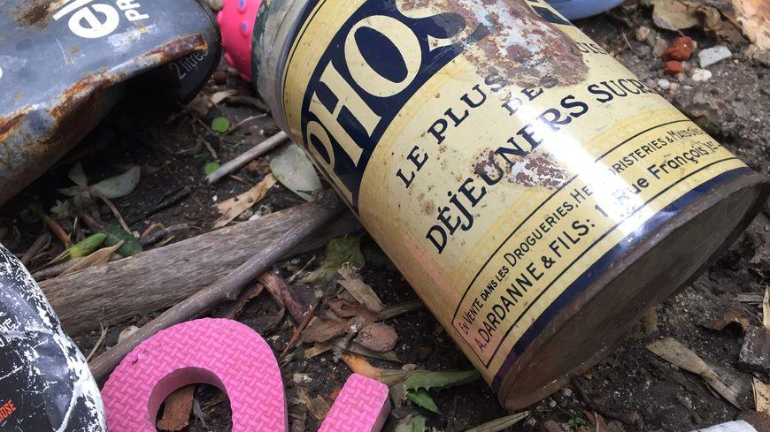Après la tempête Gloria, des emballages anciens refont surface sur les plages de Canet-en-Roussillon