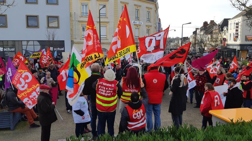 Environ 450 personnes manifestent contre la réforme des retraites à Laval