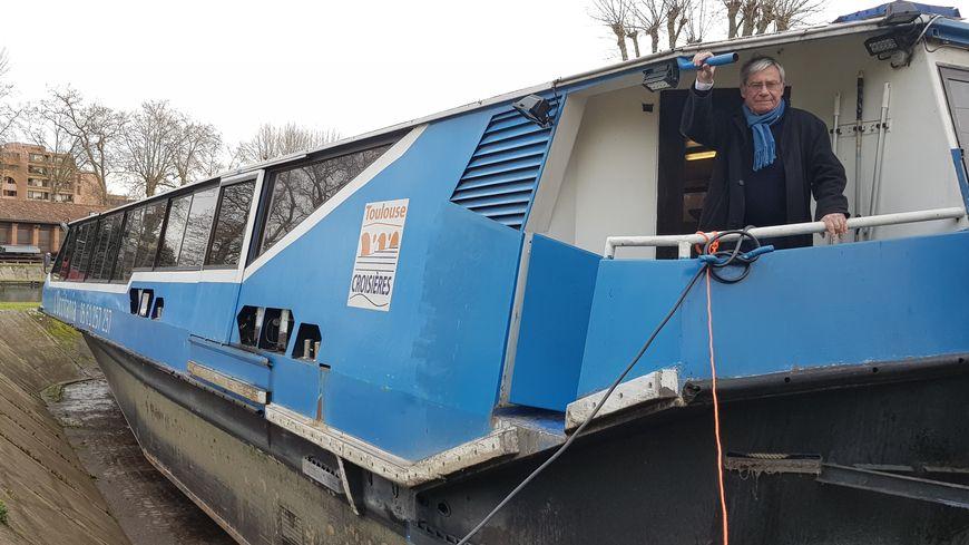Le propriétaire de l'Occitania, Richard Munos, vient constater l'ampleur des dégâts sur son bateau en cale sèche à Toulouse