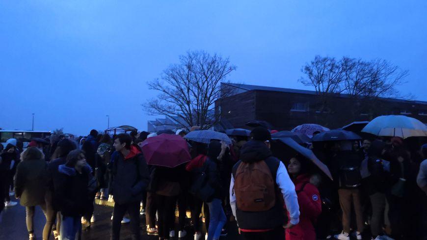 Quelques centaines d'élèves,sous la pluie, ont bloqué le lycée Saint-Exupéry à partir de 7h du matin ce jeudi