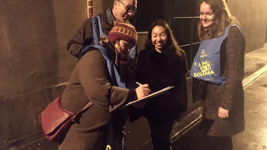 L'équipe de bénévoles, Marion, Philippe et Louise, arpentent les rues du 11ème arrondissement de Paris pour recenser les sans-abris.