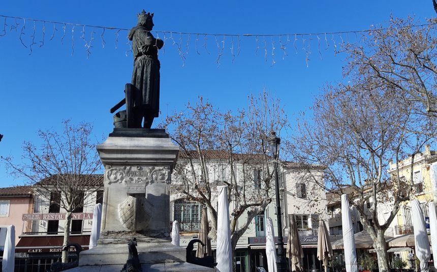 La statue de Saint-Louis au centre d'Aigues-Mortes
