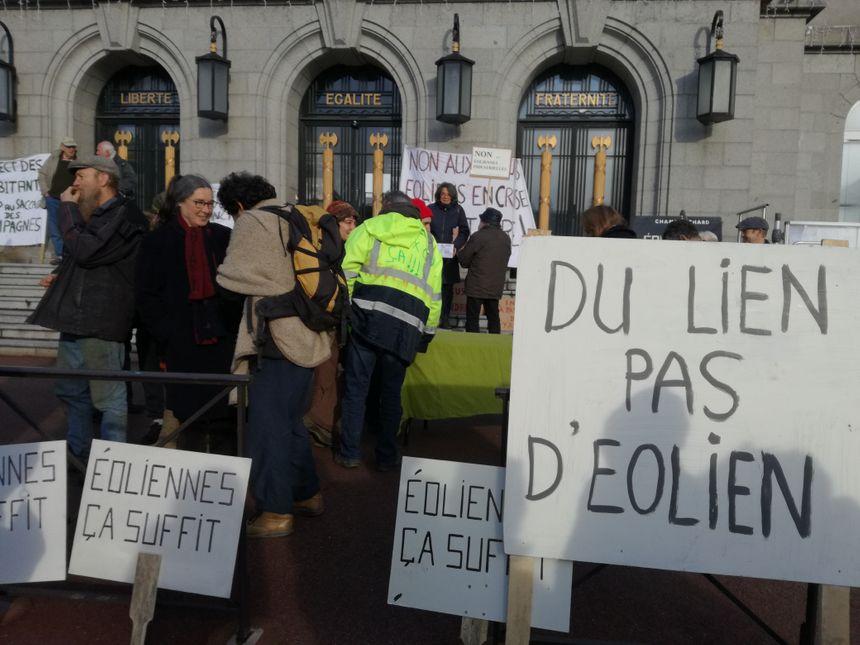 Une bonne centaine de militants anti-éoliennes se sont rassemblés samedi 18 janvier à Guéret. - Radio France