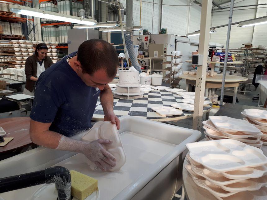 Dans l'usine La Fabrique de Saint-Brice-sur-Vienne, une dizaine de personnes se relaient pour façonner les plateaux repas en porcelaine destinés aux crèches.