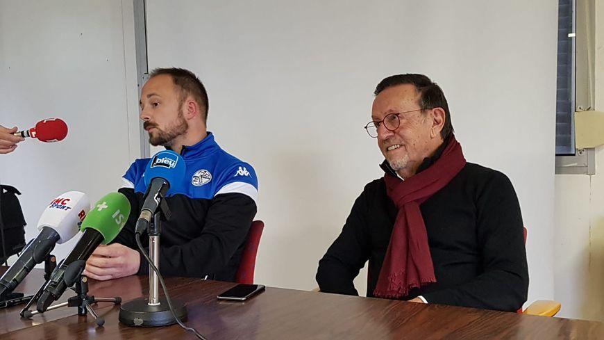Baptiste Ridira , coach de St-Pryvé St-Hilaire (à gauche), et Jean-Pierre Augis, co-président du club, en conférence de presse le 15 janvier 2020