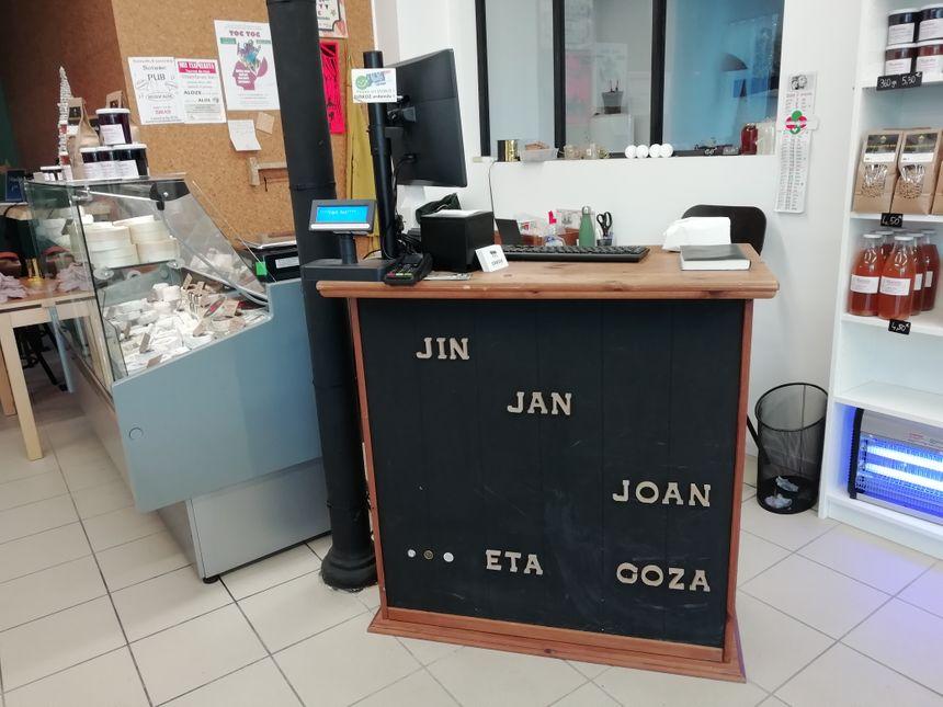 """Le comptoir de Xirikota avec le message """"Jin, jan, joan eta goza"""", c'est-à dire """"venez, mangez, partez, et savourez"""""""
