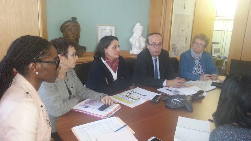 Michel Autissier, président du conseil départemental du Cher, entouré des responsables de l'aide sociale à l'enfance