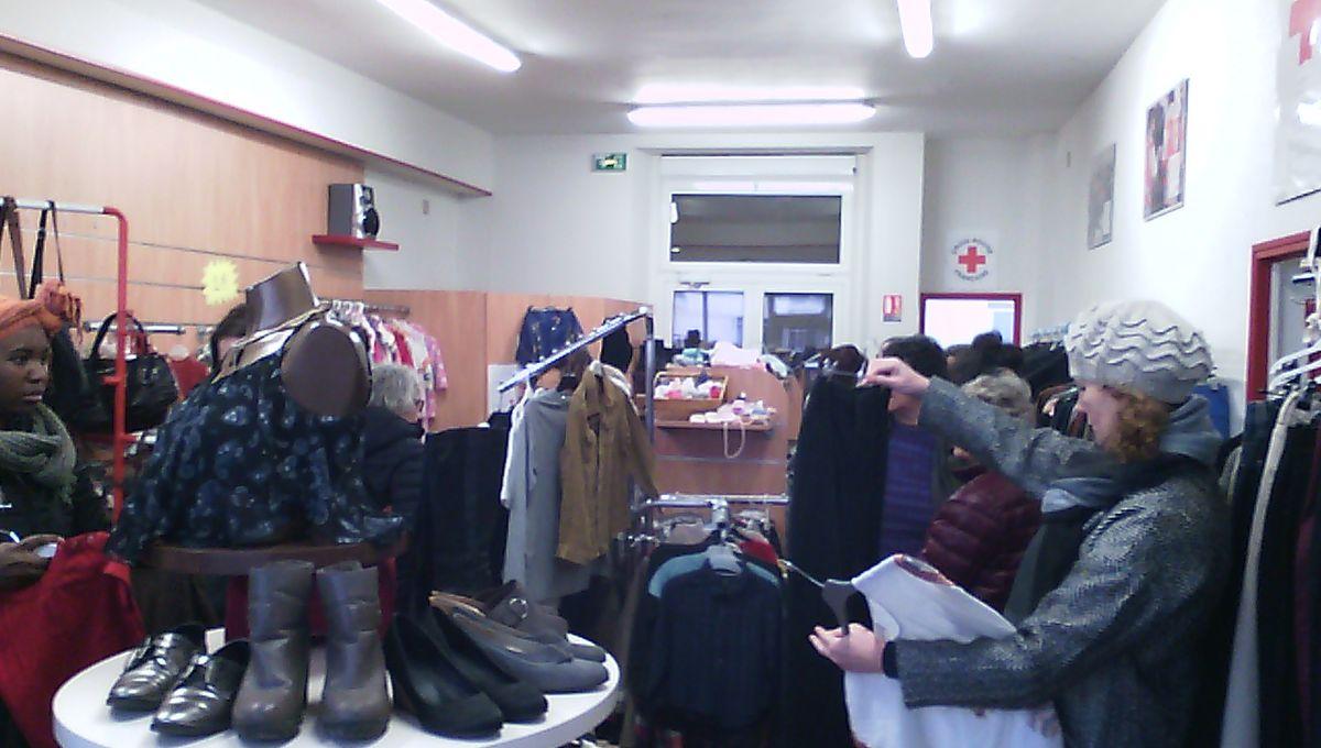 Un samedi de braderie à la vestiboutique de la Croix Rouge Française à Tours