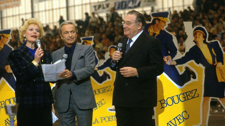 Simone Garnier accompagnée de Guy Lux et Leon Zitrone pendant Intervilles, en 1986.