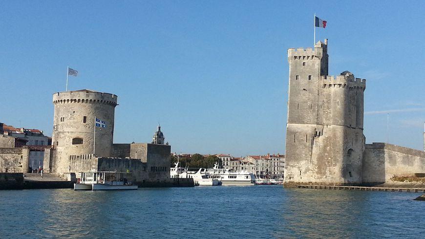Les deux tours du port de La Rochelle, à droite la tour Saint-Nicolas (la plus grande) à gauche la tour de la Chaîne. Septembre 2014.