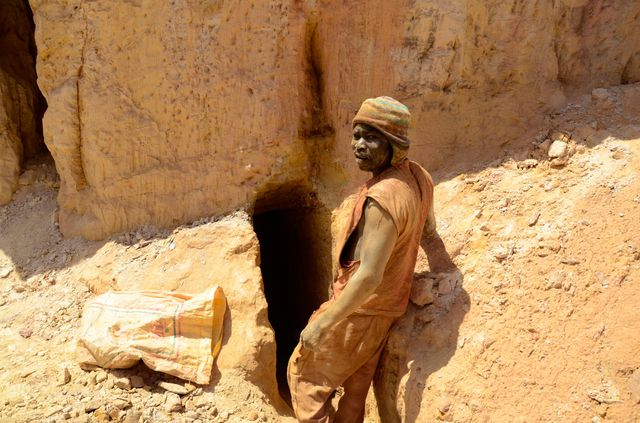 Un orpailleur tout juste converti au métier a creusé manuellement, en 3 heures, cette tranchée dans la roche »