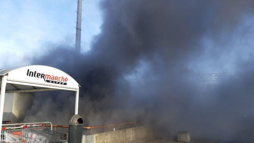 Au total, 159 véhicules ont brûlé dans le parking. Le feu a entraîné la fermeture de l'Intermarché et de plusieurs commerce du même bâtiment, place Cassin, le 31 décembre 2019.