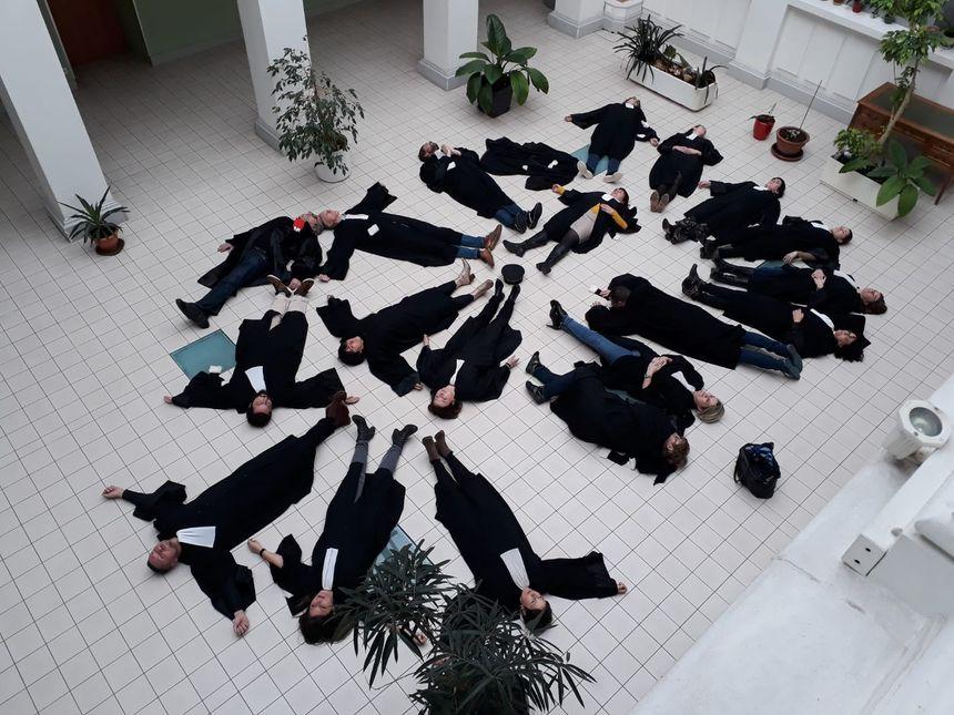 Une vingtaine d'avocats du barreau de Belfort ont mené l'action symbolique ce lundi.