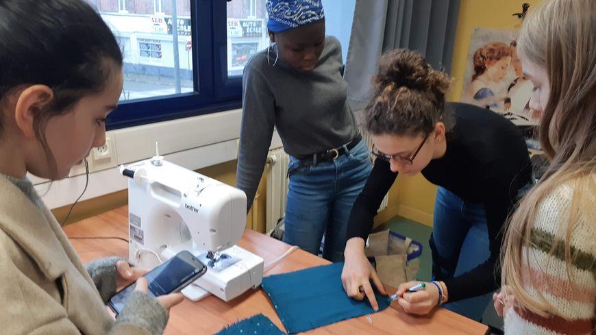 Une dizaine d'élèves de quatrième ont fabriqué des pochettes au collège Boris Vian de Lille. Elles seront envoyées dans un refuge pour animaux en Australie.