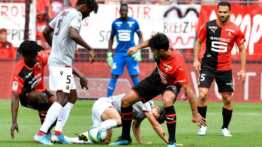 Bataille au milieu de terrain lors du match aller au Roazhon Park, remporté 2-1 par Nice