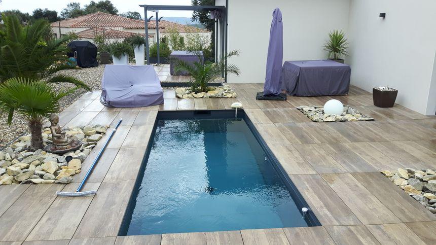 sur la terrasse le coin détente piscine jacuzzi