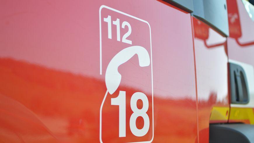 Gros plan sur la portière d'un camion de pompier