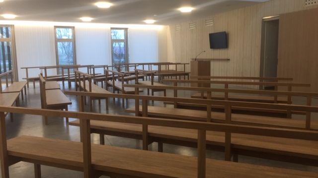La salle principale du crématorium peut accueillir une centaine de personnes.