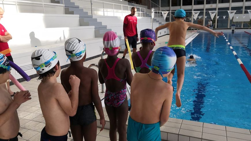 A Boulogne Billancourt Des Enfants Defavorises Apprennent A Nager
