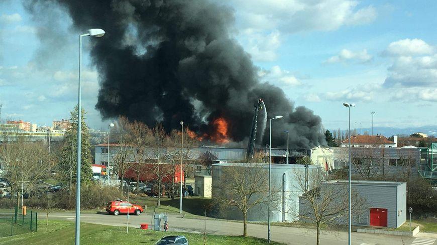 Spectaculaire incendie dans la zone industrielle de Schiltigheim
