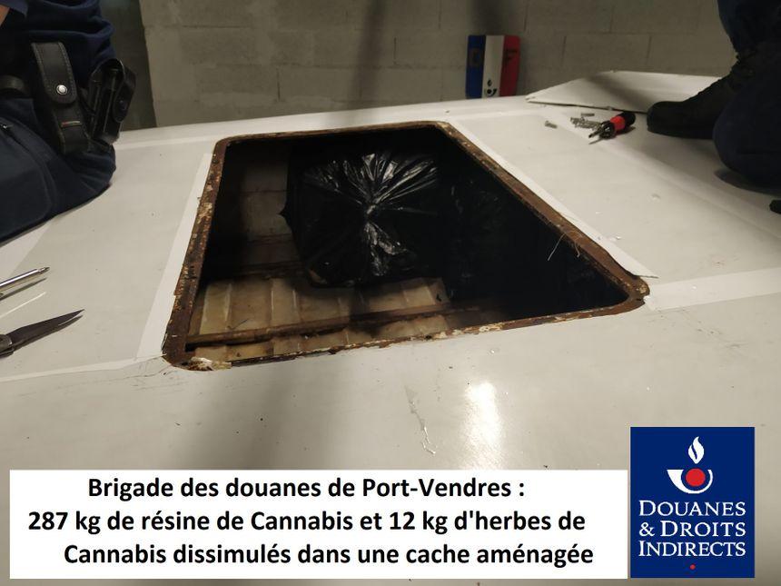 Les ballots contenant la drogue étaient dissimulés dans une cache sous le toit - Radio France