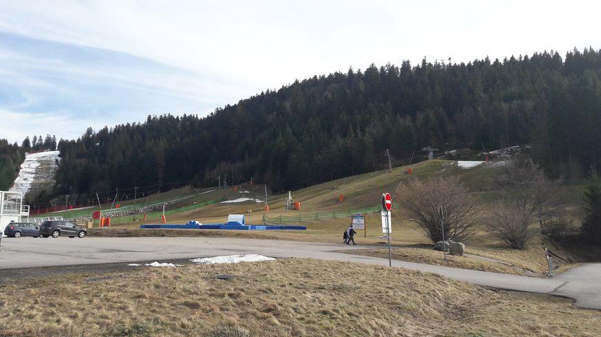 """""""On ne s'attendait pas à voir des prairies"""" : les touristes déconcertés par le manque de neige dans les Vosges"""