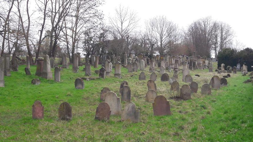 Les traces de la profanation de 2019 ont disparu au cimetière juif de Quatzenheim (Bas-Rhin), ici photographié en février 2020 - Radio France