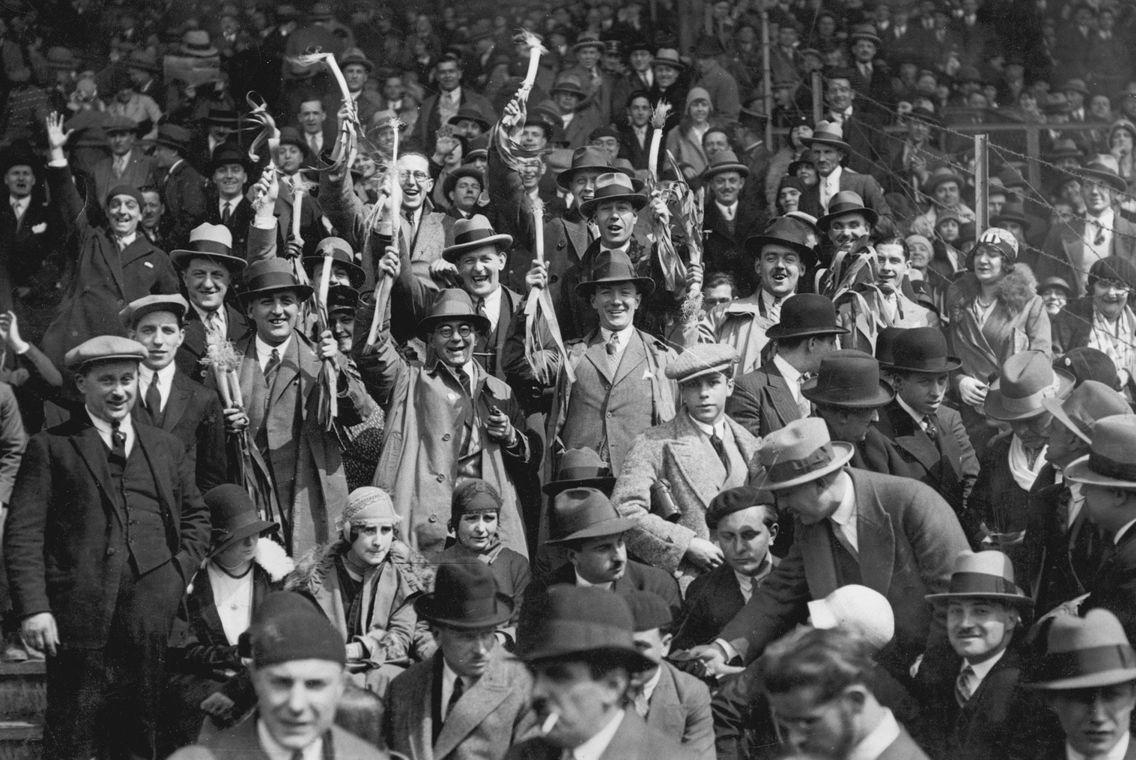 Photo datée de 1930 montrant des supporters gallois brandissant des poireaux avant le match de rugby des Cinq Nations France / Walles à Paris.