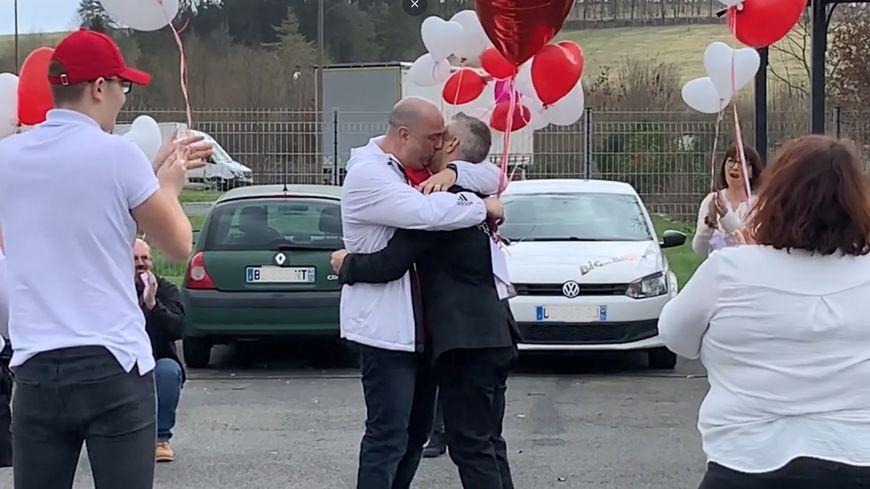 VIDÉO | Il fait sa demande à la Saint-Valentin avec l'aide de tous ses collègues