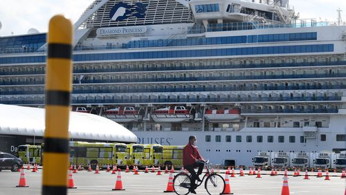 Coronavirus : après la quarantaine, les passagers du Diamond Princess quittent le paquebot