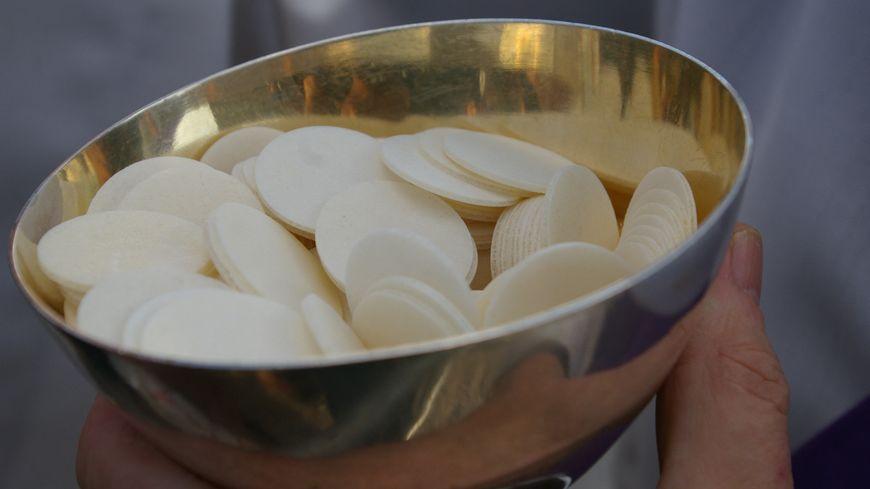 """Au diocèse de Laval, la communion eucharistique ne sera délivrée """"que dans les mains"""" (photo d'illustration)."""