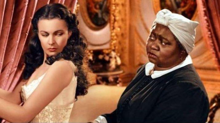 """Hattie McDaniel (à gauche) dans le rôle de Mama dans """"Autant en emporte le vent"""" qui lui a valu un Oscar le 29 février 1940."""